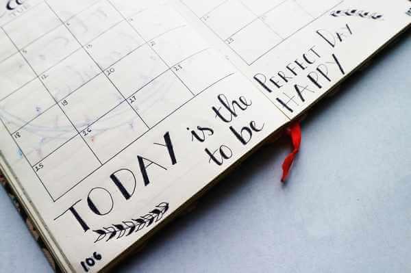 """Ei aufgeschlagener Kalender mit den Worten """"Today is the perfect day to be happy"""""""