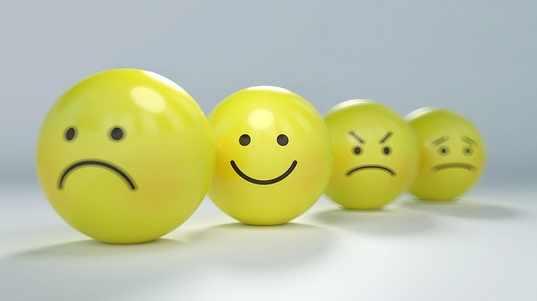 5 gelbe smileys - fröhlich, traurig, böse und traurig blickend.