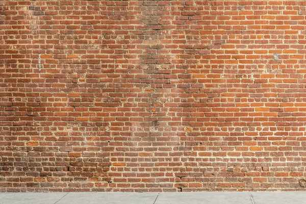 Eine mannhohe Ziegelmauer